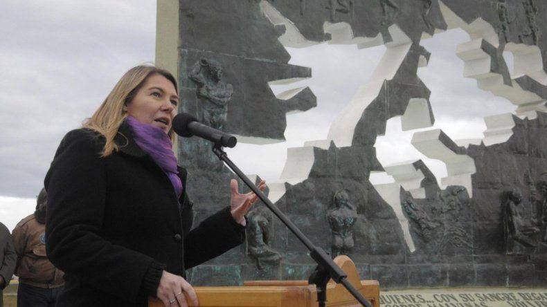 La gobernadora de Tierra del Fuego advirtió sobre el peligro que corre la soberanía argentina en Malvinas.