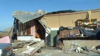 El viento destruyó su casa y quedó en la calle con sus cinco hijos