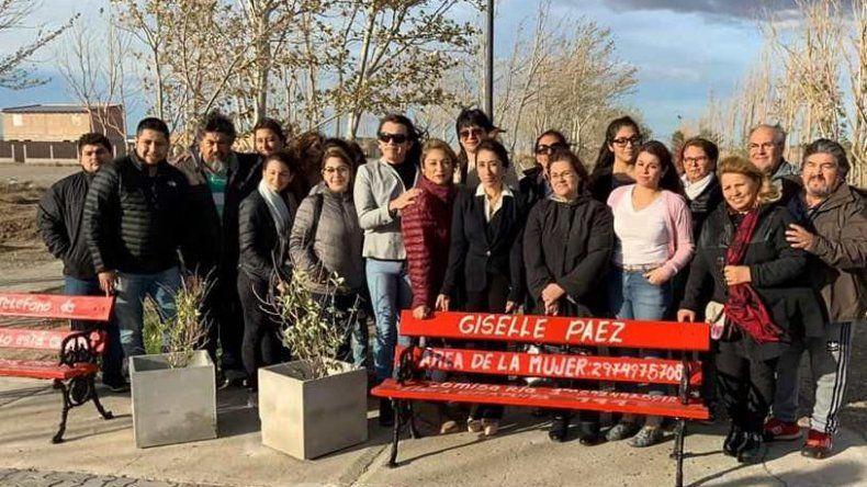 Un grupo de vecinos y vecinas de Las Heras acompañaron a la diputada Roxana Reyes en la presentación pública de los bancos rojos.