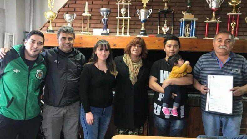 La concejal Elizabeth Jara –centro- fue recibida por dirigentes del club Estrella Norte.