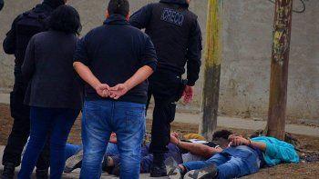 Los tres sospechosos que escapaban en un VW Gol fueron detenidos por la policía en una calle que delimita a los barrios Mutual y Los Pinos.