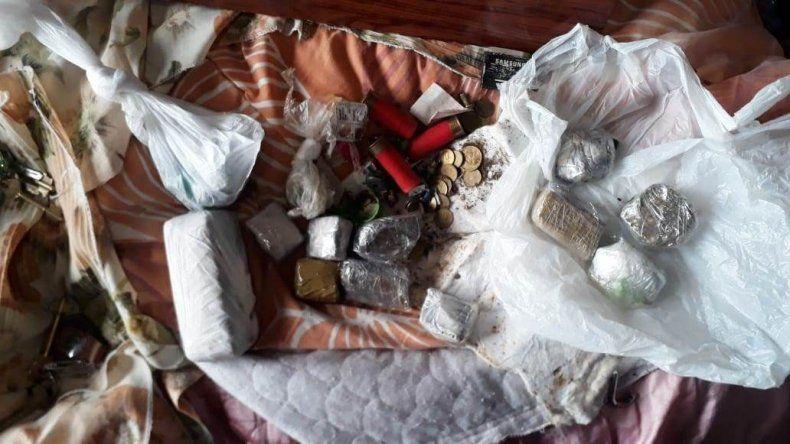 En dos allanamientos por una causa de violencia de género encontraron armas y drogas.