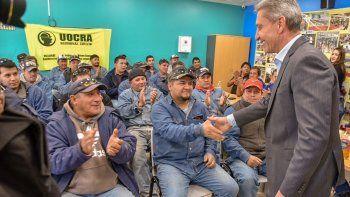 El gobernador saluda a trabajadores de la construcción.
