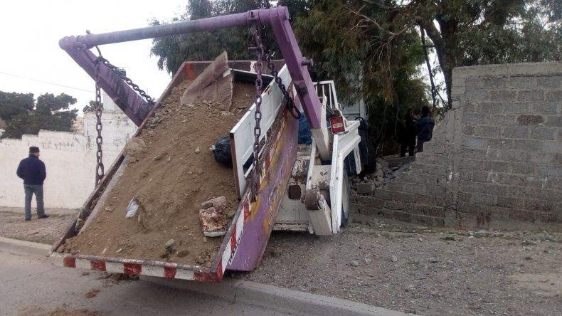 Camión con volquete se estrelló contra un paredón