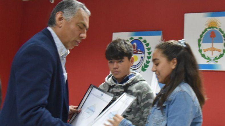 El total de becas otorgadas por la comisión de fomento de Cañadón Seco beneficia a 171 estudiantes de niveles primario