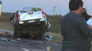 La camioneta en la que viajaba el matrimonio santacruceño quedó destrozada y su cabina prácticamente desapareció por el impresionante choque contra un camión.