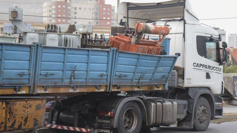 El líquido que se fugó de los transformadores que trasladaba un camión sobre la avenida Ducós era aceite dieléctrico.