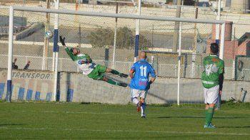 Imposible para Isaías Guzmán, el tiro libre de Jorge Aynol marcha a convertirse en el segundo de 4 goles con los cuales Newbery recuperó el liderazgo. (Foto: Angel Romero).