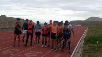 Los mayores están listos para la prueba de 3.000 metros en la pista de solado sintético de Kilómetro 4.