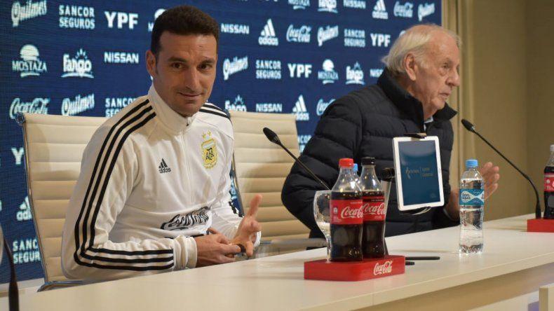 Lionel Scaloni y César Menotti durante la conferencia de prensa que brindaron ayer en Ezeiza.
