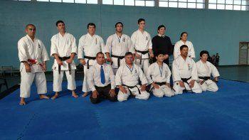 El entrenador y organizador Esteban Márquez -primero de abajo- es 4º dan y también forma parte de la organización en Buenos Aires denominada AKAO.