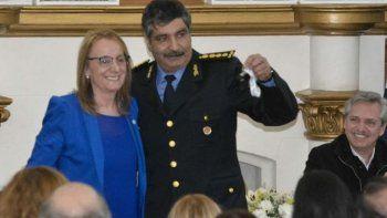 El jefe de la Policía provincial, José Luis Cortés, recibe las llaves de uno de los autos patrulleros de manos de la gobernadora Alicia Kirchner.