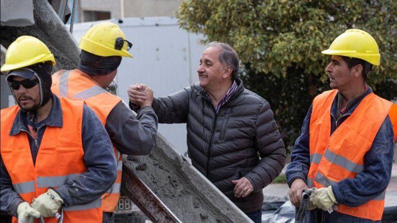 El intendente durante la recorrida de obras que realizó ayer.