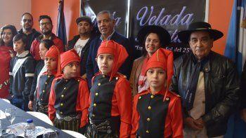 Jorge Soloaga dio detalles de la velada patriótica, rodeado de varios de los artistas que actuarán esta noche y de los Paisanitos del Cañadón que lucieron el uniforme de los legendarios federales de Rosas.