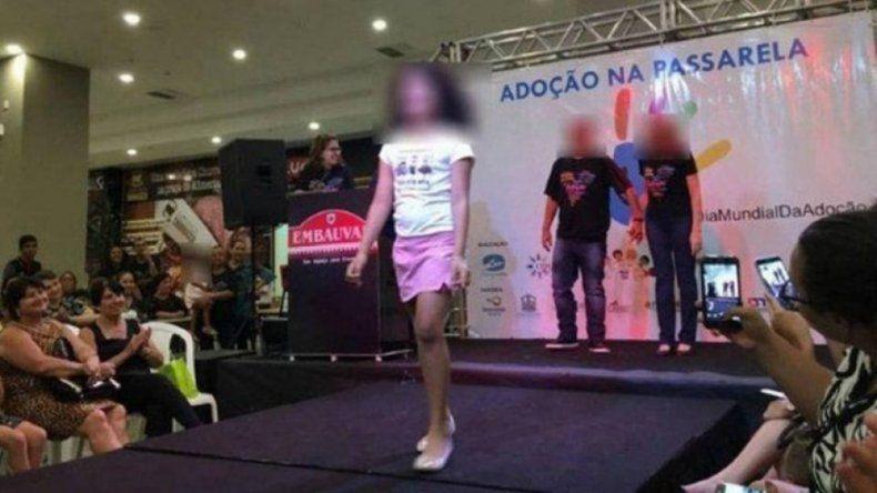 Repudiable: en un shopping de Brasil realizaron un desfile de chicos para adoptar
