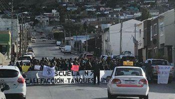 Una de las marchas autoconvocadas por la comunidad educativa de la Escuela 731.