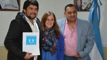 El diputado César Ormeño y el intendente Guillermo Mercado, recibieron los aportes sociales en manos de la ministro Paola Vessvessian.