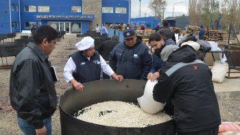 El mayor volumen de la comida criolla, por una cantidad estimada en 50 mil porciones, comenzó a prepararse ayer en el cámping que el Sindicato Petrolero posee en la zona costanera de Caleta Olivia.