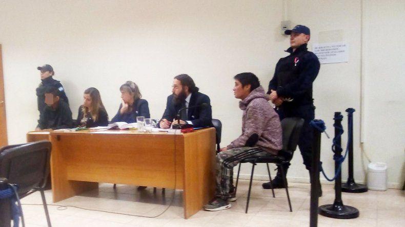Juan Reimapo y el menor de edad al afrontar la audiencia judicial de ayer.