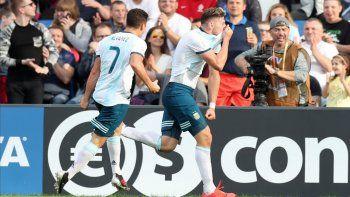 Adolfo Gaich festeja su gol, el primero de Argentina junto a Julián Alvarez, el delantero de River que lo asistió.