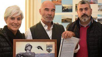 Juan José Gómez Centurión recibió un reconocimiento institucional y un presente recordatorio por parte de la secretaria municipal de Cultura, Claudia Rearte, y del diputado Sergio Bucci.