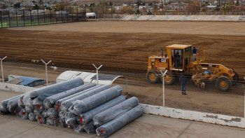 Ya están acopiados los rollos de césped sintético que cubrirán el campo de juego del estadio municipal.