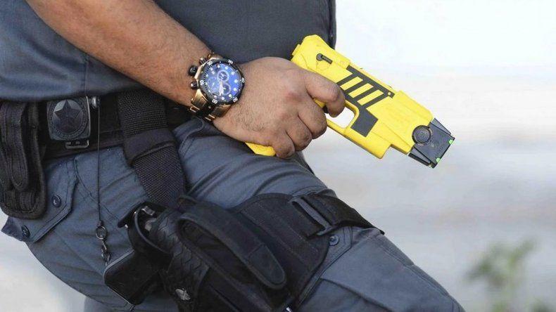 A pesar de los cuestionamientos, las fuerzas de seguridad suman 100 pistolas Taser