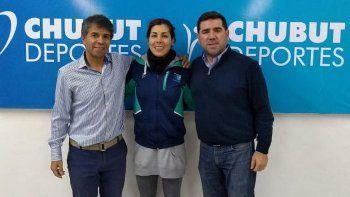 Fiorella Malaspina junto a funcionarios de Chubut Deportes.