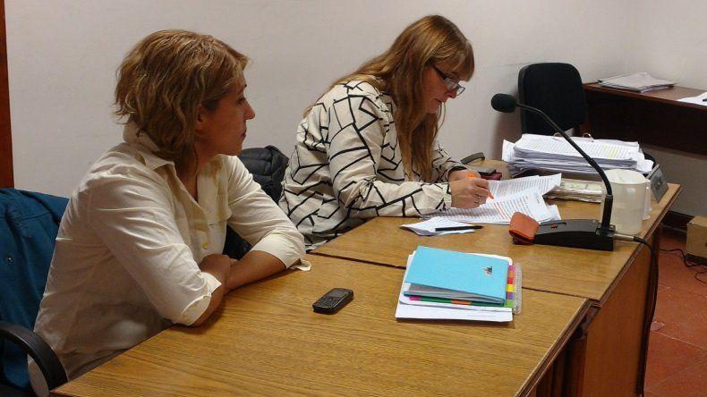 La fiscal Andrea Vázquez junto a la funcionaria fiscal Rita Barrionuevo.