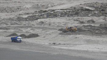 La empresa argumenta que las máquinas están mejorando el camino público de acceso a la playa.