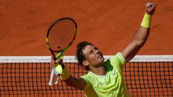 El español Rafael Nadal festeja su triunfo ante el suizo Roger Federer.