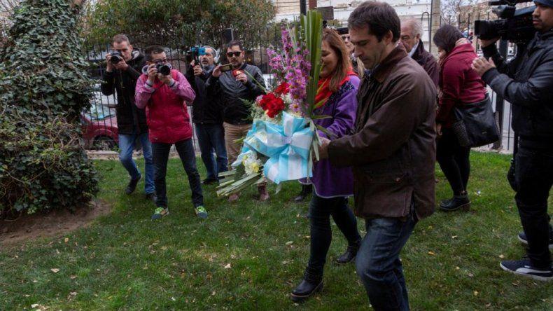 El viceintendente Luque durante la colocación de ofrendas florales en el busto de Mariano Moreno.