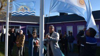 En la apertura del acto celebrado en Cañadón Seco se izaron los pabellones Nacional y Provincial.