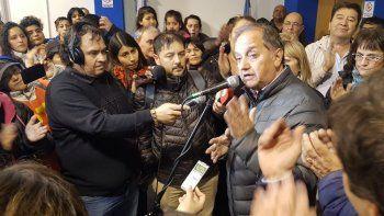 Carlos Linares durante la noche del domingo al reconocer el triunfo de Mariano Arcioni.