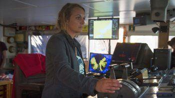 Capitana de barco podría ir a prisión por salvar a personas de morir ahogadas