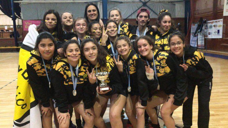 Las chicas Sub 14 de Náutico Rada Tilly que conquistaron un meritorio subcampeonato argentino de hóckey pista.