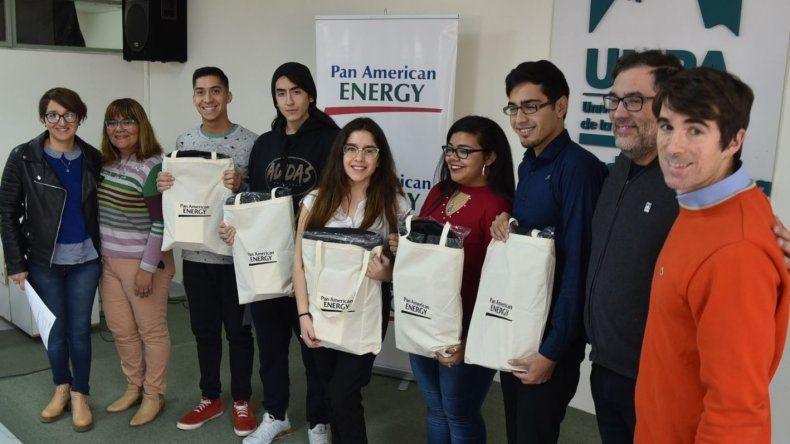 Los nuevos estudiantes universitarios que fueron incorporados al programa de becas que otorga PAE fueron presentados ayer en un acto que tuvo lugar en el edificio de la UNPA.