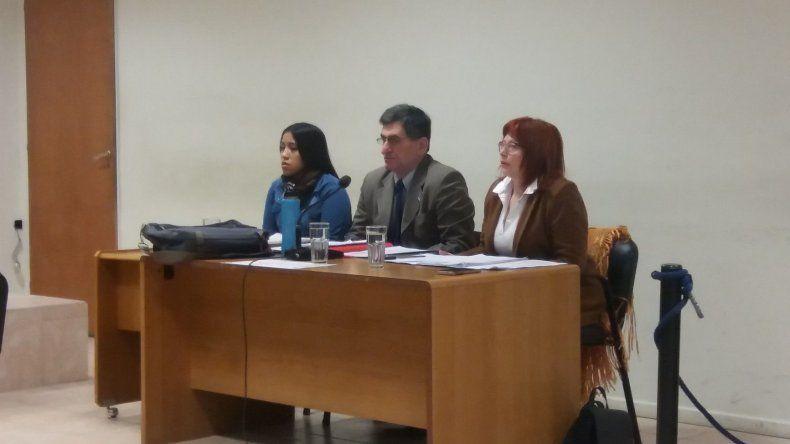 Juliana Uribe junto a los integrantes de su defensa.