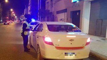 una mujer golpeo a una policia que quiso identificarla en un reten de seguridad