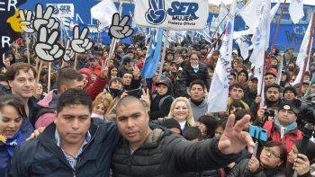 Una multitud acompañó a Claudio Vidal en la inauguración del complejo deportivo. En la foto, junto al secretario adjunto del gremio petrolero Rafael Guenchenen.