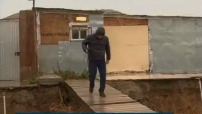 La lluvia abrió un zanjón y el puente que hicieron los vecinos otra vez corre peligro