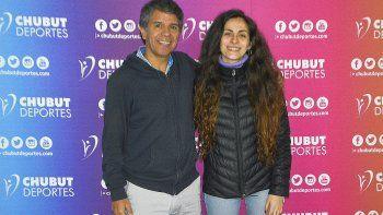 La joven deportista Salma Antonera junto a Davis Cárdenas en la oficina de Chubut Deportes.