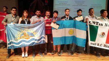 Los estudiantes caletenses, acompañados por sus profesores y delegaciones de otros países, celebraron el tercer puesto que lograron en la Feria Internacional de Ciencias.