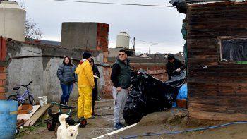 Personal de la Dirección de Protección Civil hizo entrega de nylon a numerosas familias de barrios periféricos cuyas casas sufrieron filtraciones de agua por los techos.