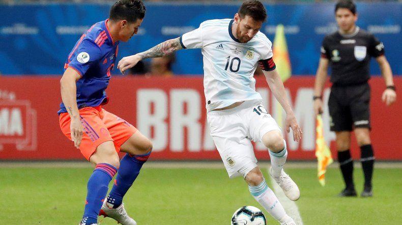 Lionel Messi con el balón marcado por James Rodríguez en el partido que Argentina perdió anoche 2-0 ante Colombia.
