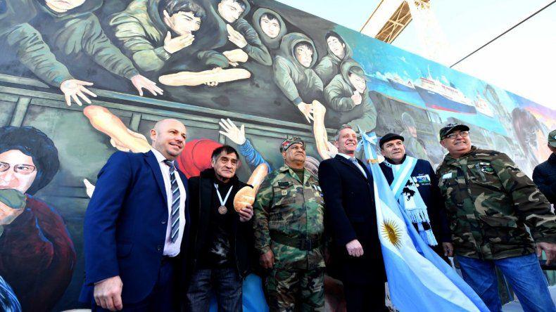 El gobernador participó de la inauguración del mural el regreso
