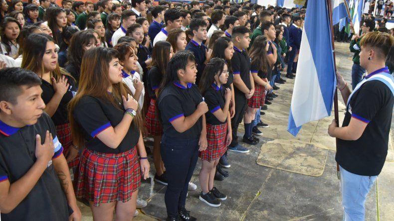 Cientos de estudiantes que cursan el último año de escuelas secundarias reafirmaron su lealtad a la Bandera Nacional en el acto celebrado ayer en Caleta Olivia.