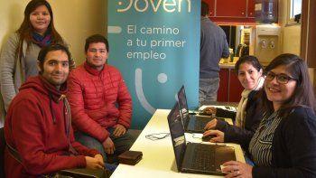 Numerosos jóvenes que procuran insertarse en el mercado laboral son asesorados en el tráiler de Empleo Joven que se instaló en la plazoleta del Gorosito.
