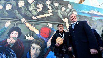 El mural El Regreso está ubicado en el muella Almirante Storni, en donde en 1982 atracó el buque Canberra.