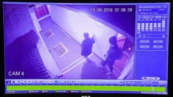 Los ladrones que robaron en una de las habitaciones del Hotel Gonce quedaron registrados en las cámaras de seguridad.